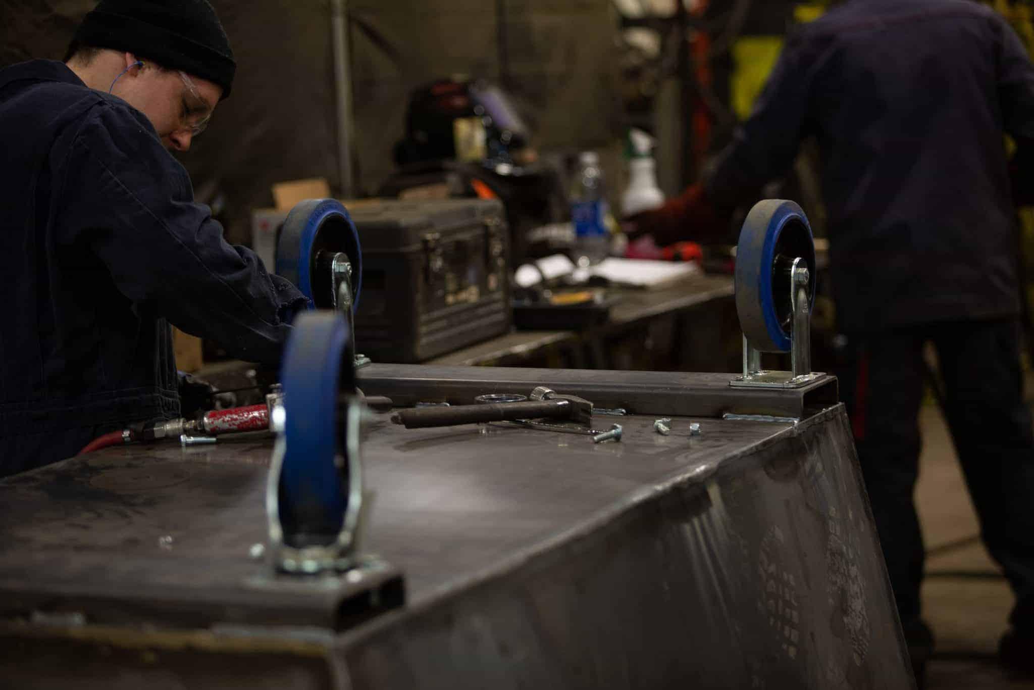 Installation de roues sur contenant à chargement avant - Industek